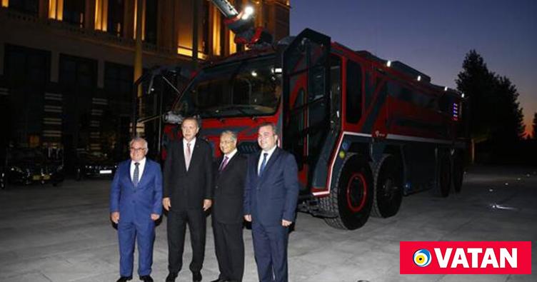 Erdoğan ve Mahathir yerli üretim itfaiye aracını inceledi