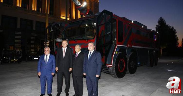 Başkan Erdoğan ile Mahathir Muhammed yerli üretim itfaiye aracını inceledi.