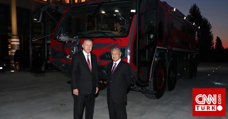Cumhurbaşkanı Erdoğan ve Mahathir yerli üretim itfaiye aracını inceledi